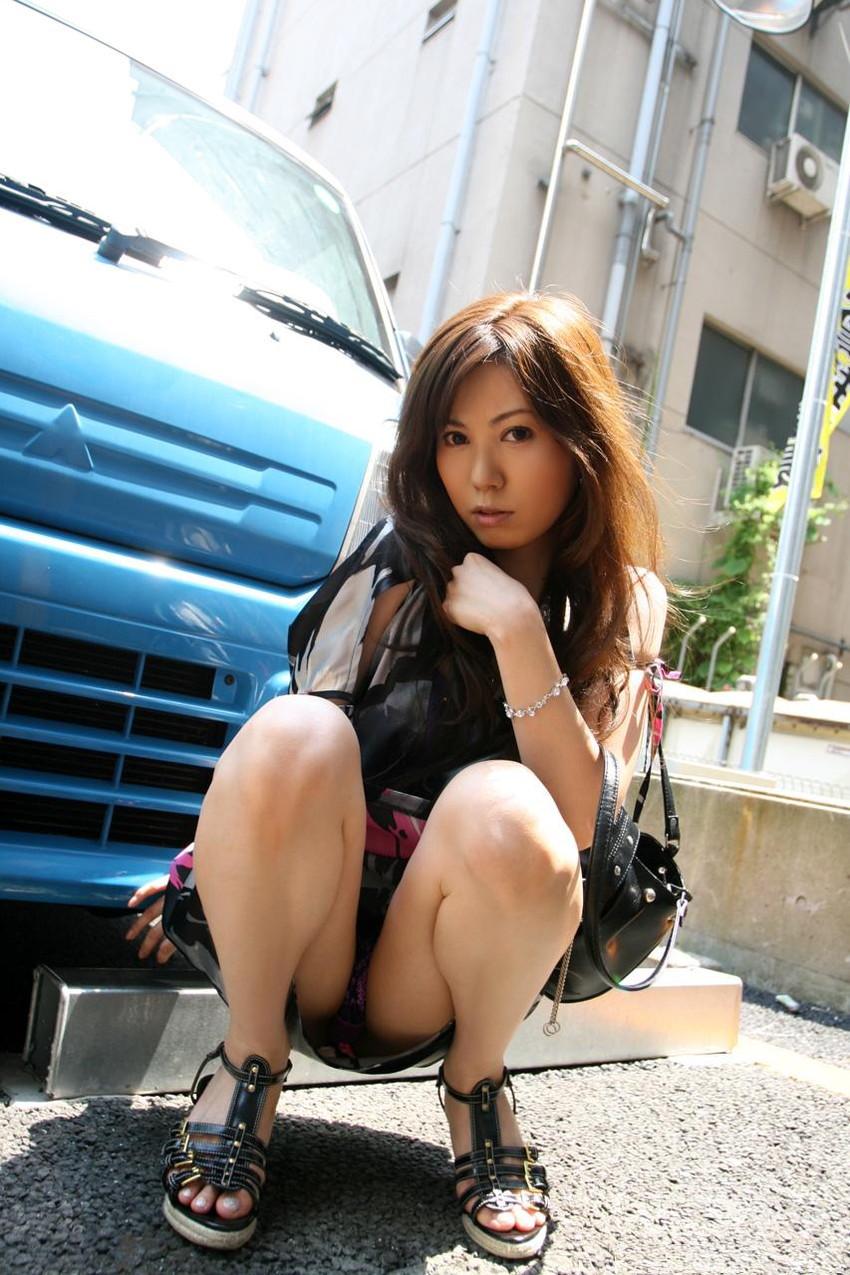 【パンチラエロ画像】しゃがみこんだ女の子の股間に視線釘付け不可避!www 09