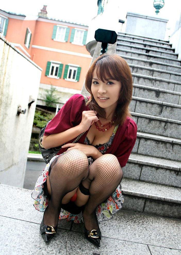 【パンチラエロ画像】しゃがみこんだ女の子の股間に視線釘付け不可避!www 12