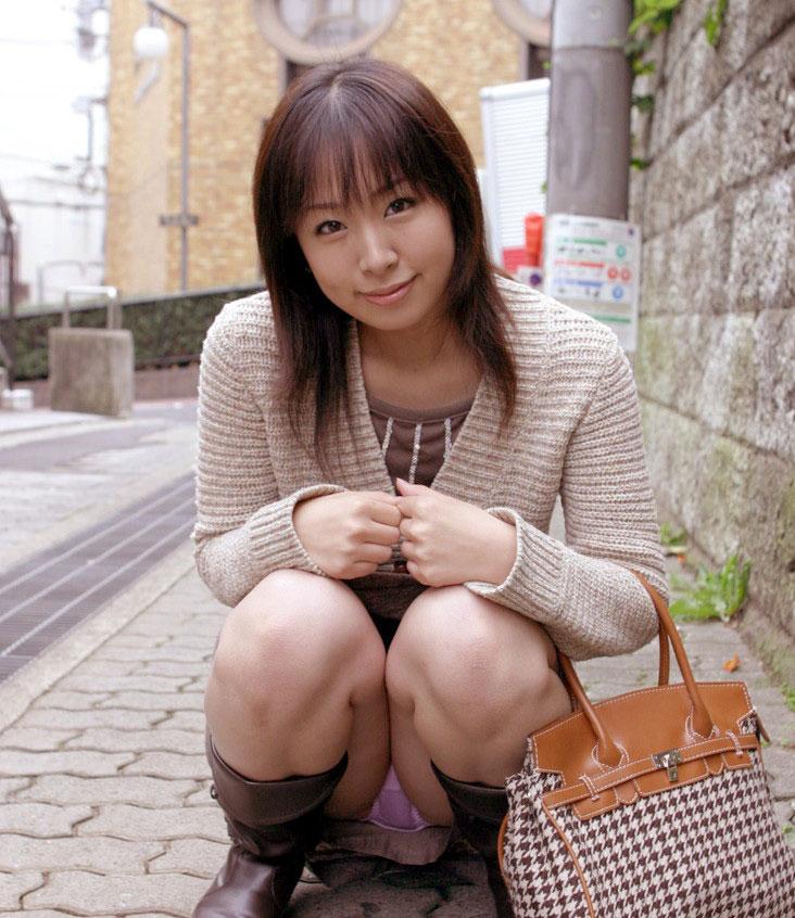 【パンチラエロ画像】しゃがみこんだ女の子の股間に視線釘付け不可避!www 13