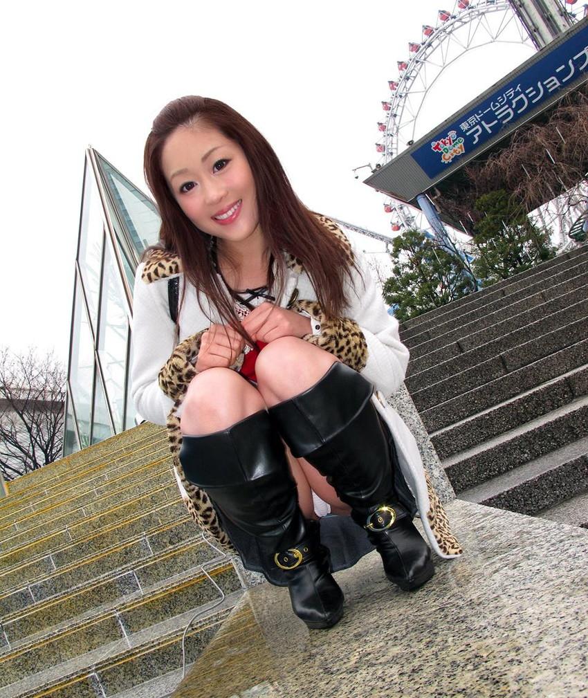 【パンチラエロ画像】しゃがみこんだ女の子の股間に視線釘付け不可避!www 14
