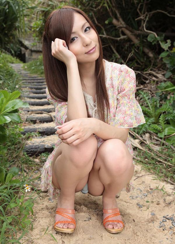 【パンチラエロ画像】しゃがみこんだ女の子の股間に視線釘付け不可避!www 19