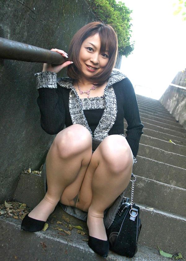 【パンチラエロ画像】しゃがみこんだ女の子の股間に視線釘付け不可避!www 30