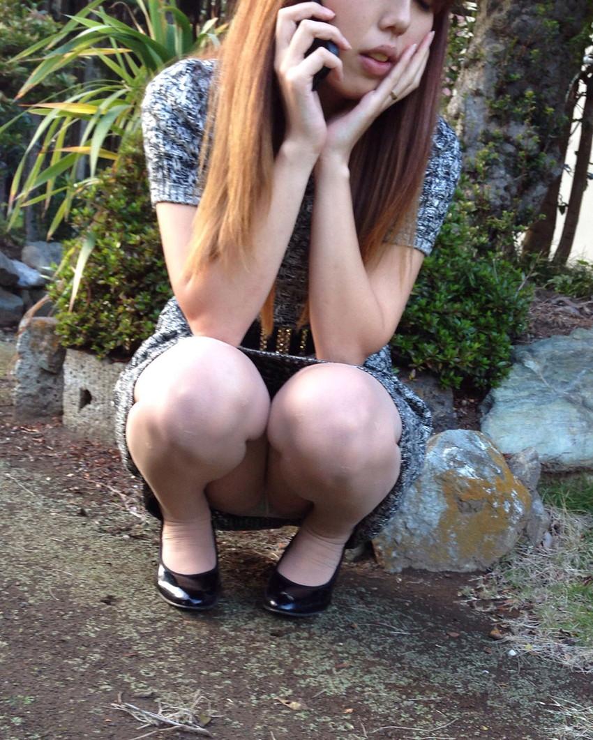【パンチラエロ画像】しゃがみこんだ女の子の股間に視線釘付け不可避!www 31