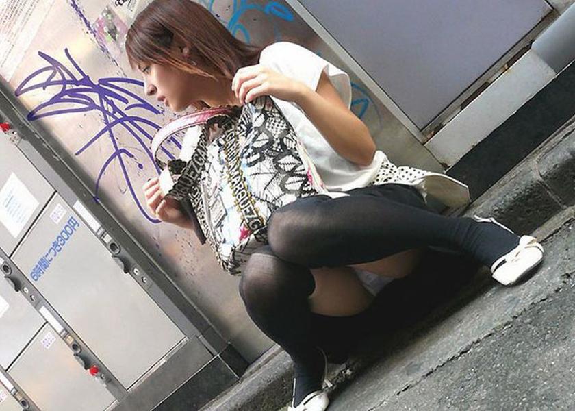 【パンチラエロ画像】しゃがみこんだ女の子の股間に視線釘付け不可避!www 32