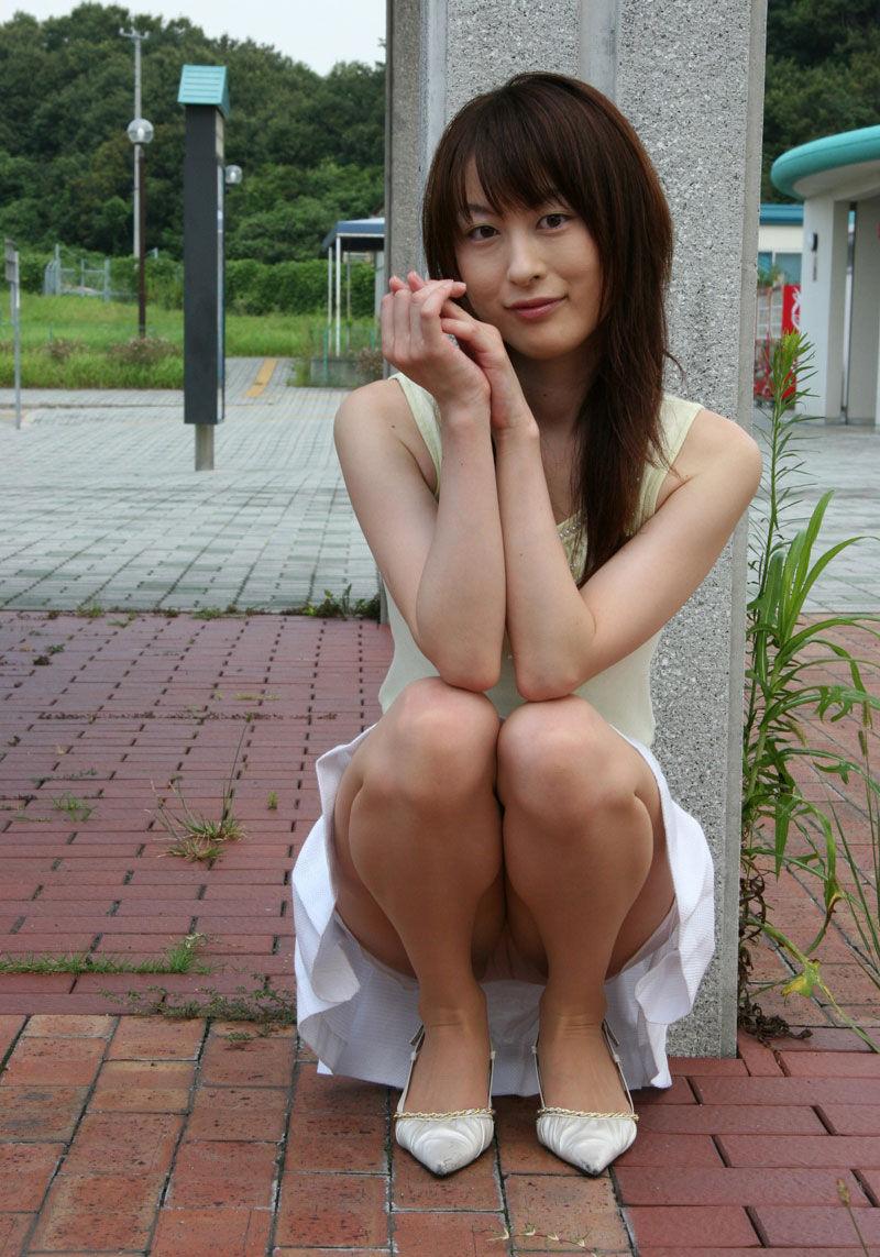 【パンチラエロ画像】しゃがみこんだ女の子の股間に視線釘付け不可避!www 40