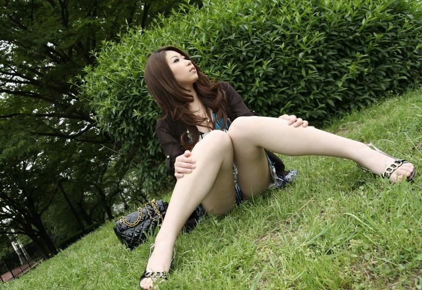 【パンチラエロ画像】しゃがみこんだ女の子の股間に視線釘付け不可避!www 41