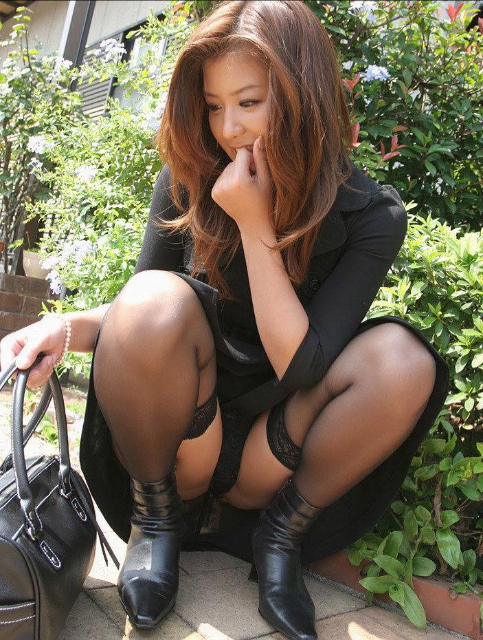 【パンチラエロ画像】しゃがみこんだ女の子の股間に視線釘付け不可避!www 43