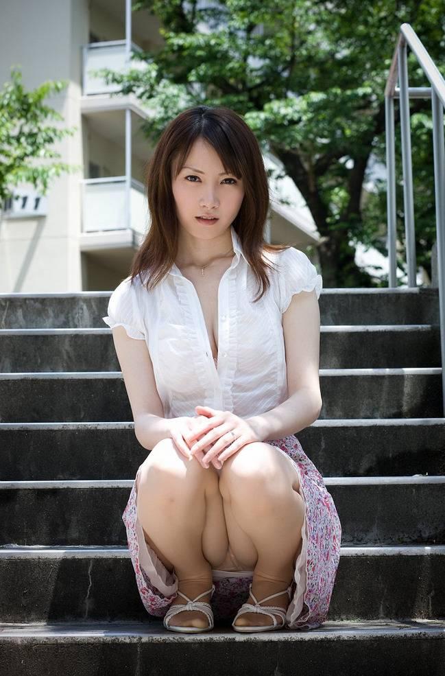 【パンチラエロ画像】しゃがみこんだ女の子の股間に視線釘付け不可避!www 44