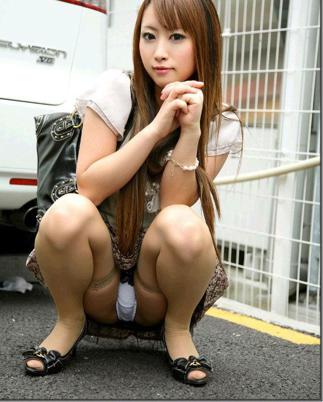 【パンチラエロ画像】しゃがみこんだ女の子の股間に視線釘付け不可避!www 50