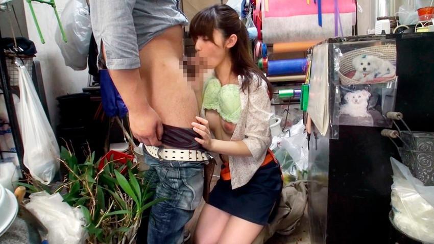 【着衣フェラチオエロ画像】着衣のままチンポ舐める女エロすぎて草wwww 02