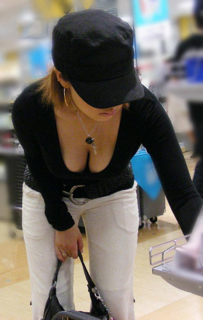 【胸チラエロ画像】街中で見つけた素人娘たちの胸チラ画像に勃起不可避!www 08