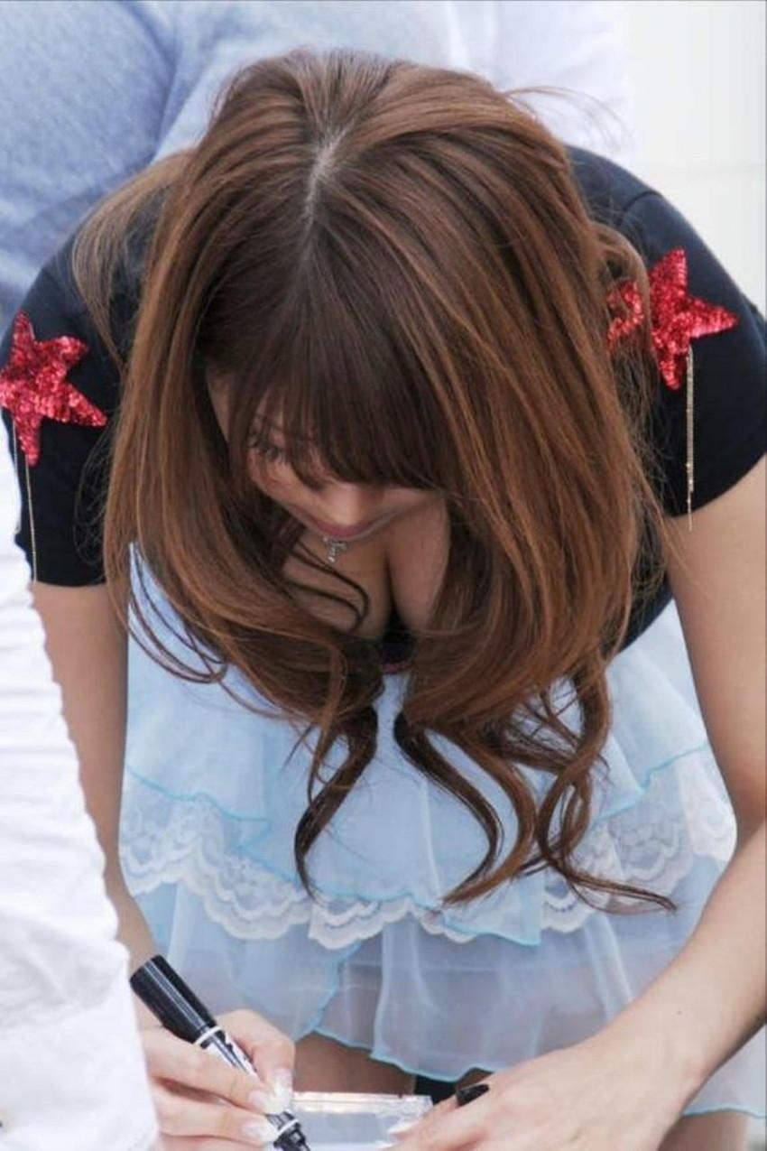 【胸チラエロ画像】街中で見つけた素人娘たちの胸チラ画像に勃起不可避!www 10