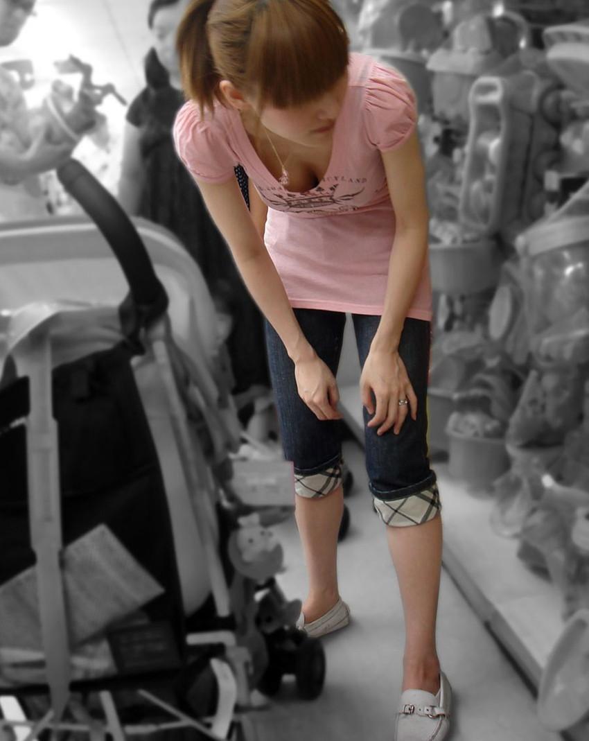 【胸チラエロ画像】街中で見つけた素人娘たちの胸チラ画像に勃起不可避!www 13