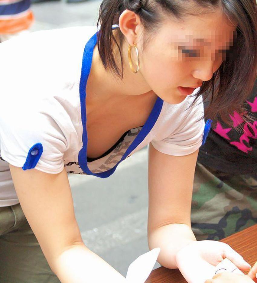【胸チラエロ画像】街中で見つけた素人娘たちの胸チラ画像に勃起不可避!www 14