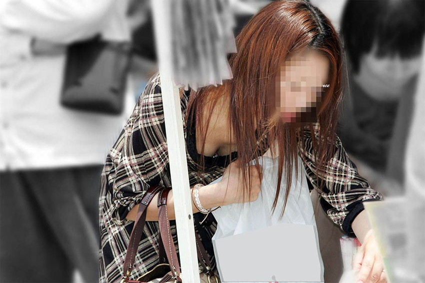 【胸チラエロ画像】街中で見つけた素人娘たちの胸チラ画像に勃起不可避!www 16