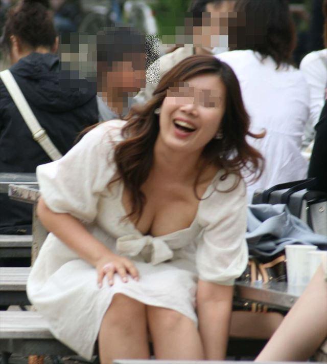 【胸チラエロ画像】街中で見つけた素人娘たちの胸チラ画像に勃起不可避!www 17