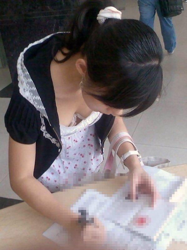 【胸チラエロ画像】街中で見つけた素人娘たちの胸チラ画像に勃起不可避!www 18