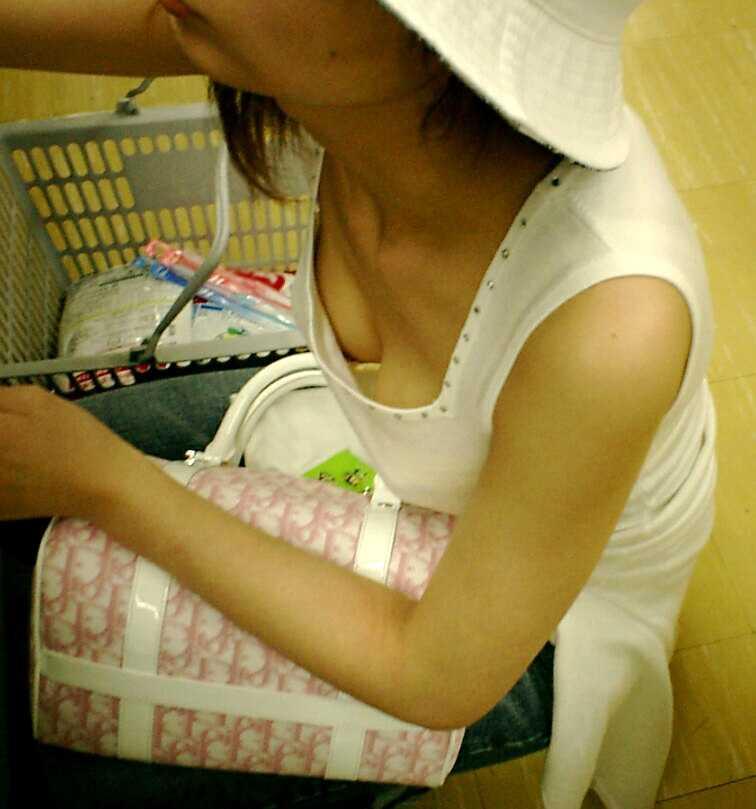 【胸チラエロ画像】街中で見つけた素人娘たちの胸チラ画像に勃起不可避!www 19