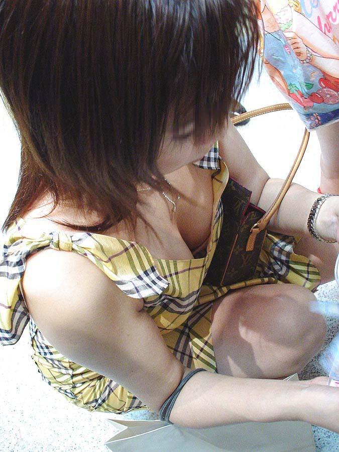 【胸チラエロ画像】街中で見つけた素人娘たちの胸チラ画像に勃起不可避!www 21