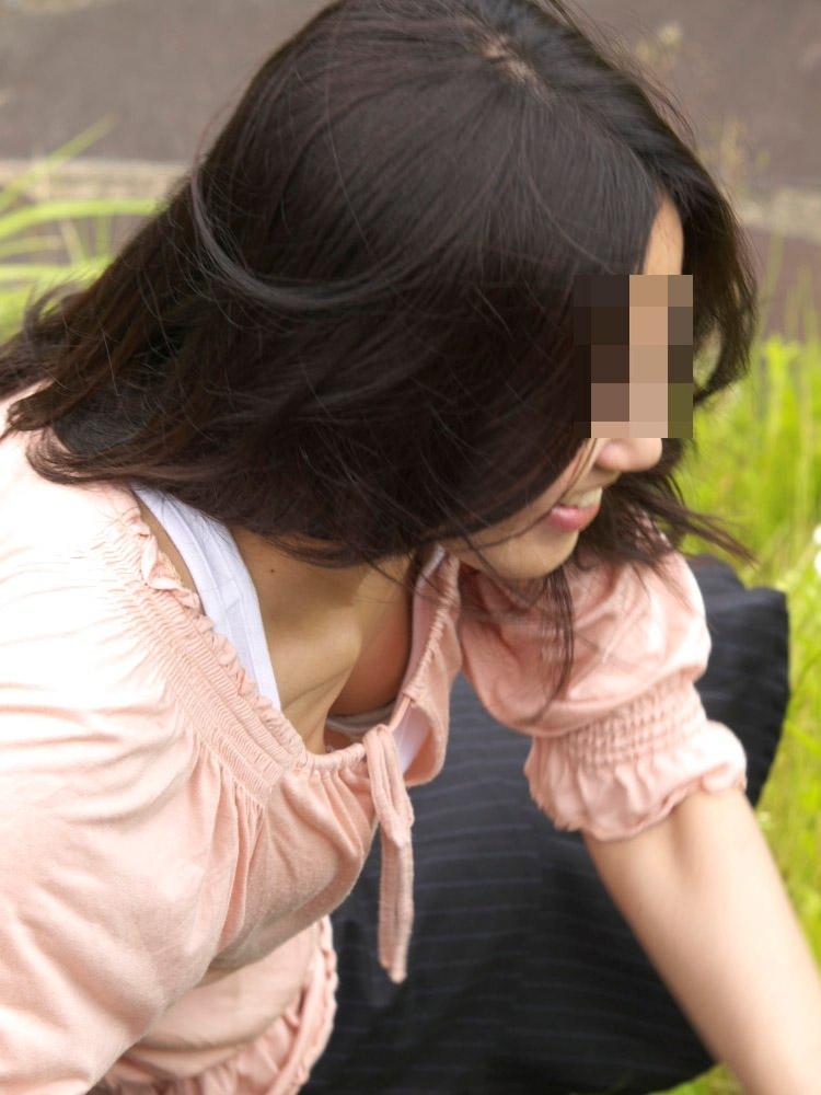 【胸チラエロ画像】街中で見つけた素人娘たちの胸チラ画像に勃起不可避!www 24