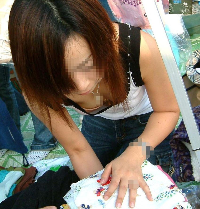 【胸チラエロ画像】街中で見つけた素人娘たちの胸チラ画像に勃起不可避!www 31