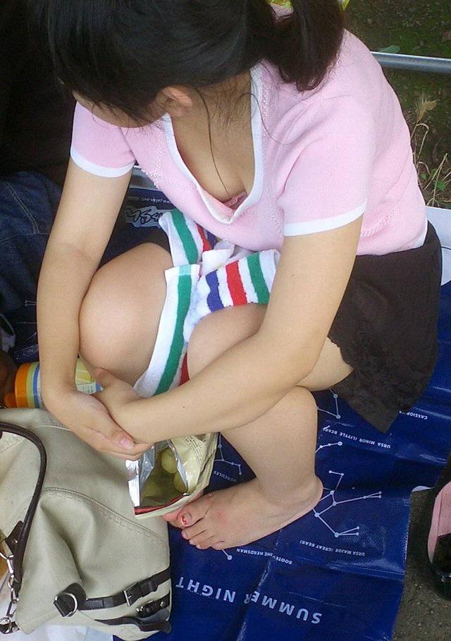 【胸チラエロ画像】街中で見つけた素人娘たちの胸チラ画像に勃起不可避!www 37