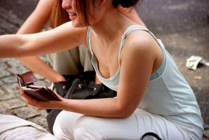【胸チラエロ画像】街中で見つけた素人娘たちの胸チラ画像に勃起不可避!www 39