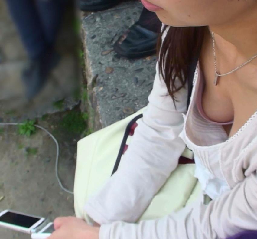 【胸チラエロ画像】街中で見つけた素人娘たちの胸チラ画像に勃起不可避!www 55