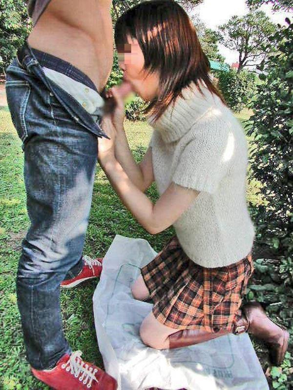 【野外フェラエロ画像】屋外で人目を盗んでフェラチオしている女の子! 30
