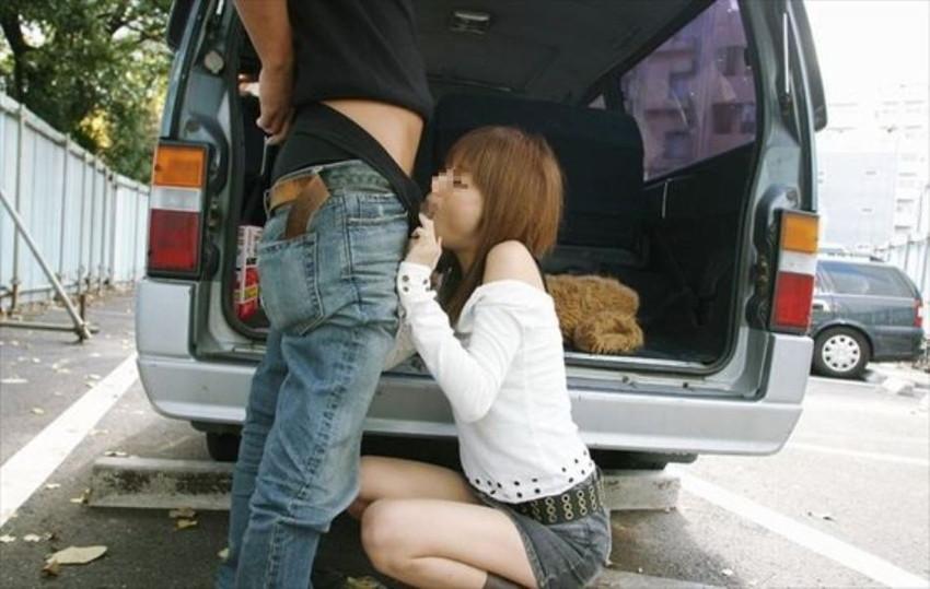 【野外フェラエロ画像】屋外で人目を盗んでフェラチオしている女の子! 35