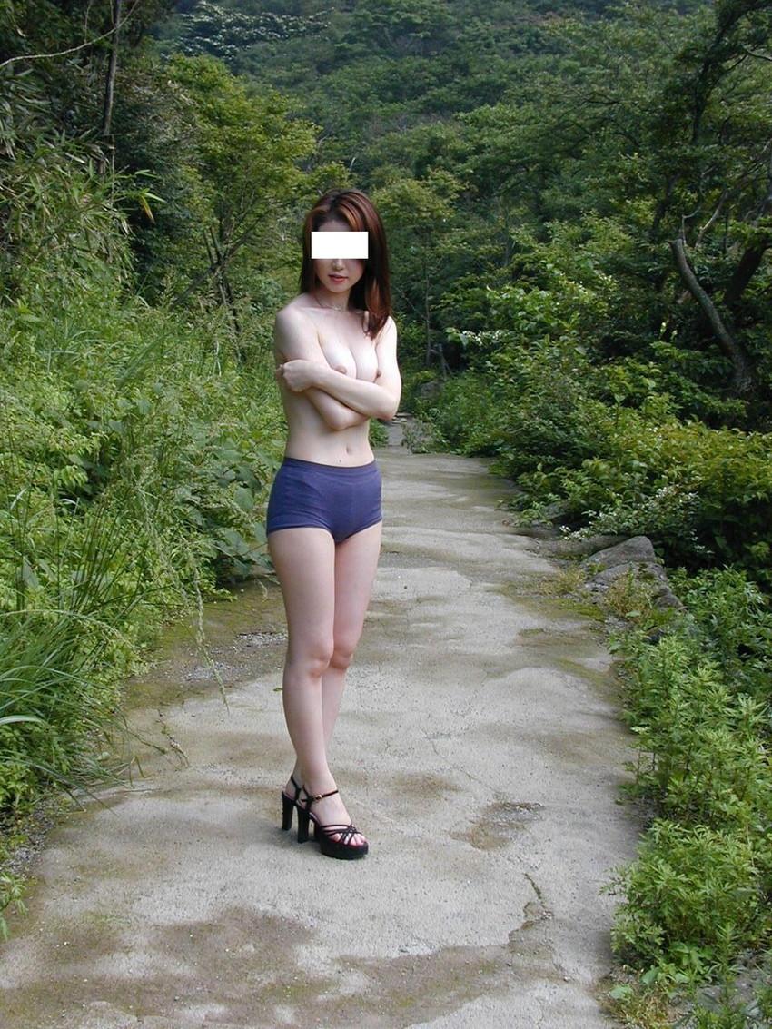 【素人露出エロ画像】素人娘たちの野外露出プレイがどんどん過激になっていく… 20