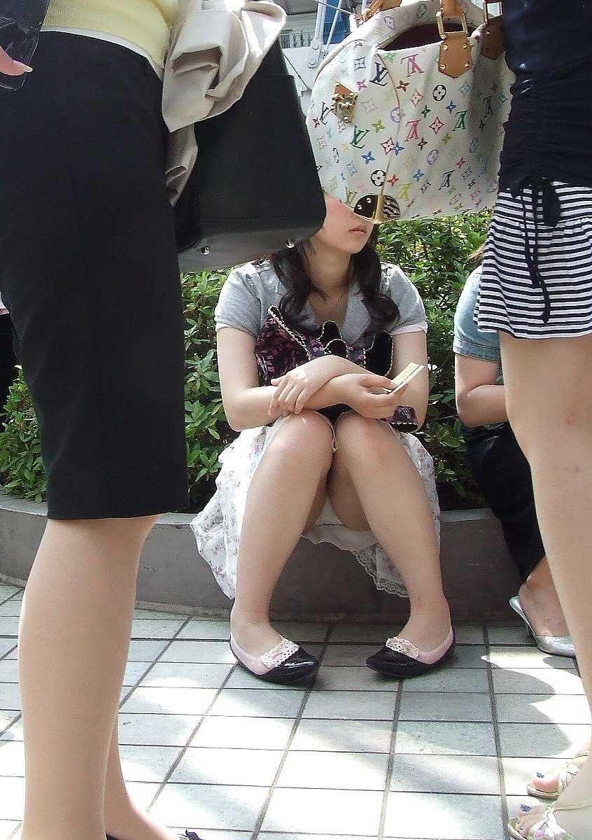 【街撮りパンチラエロ画像】素人娘の無防備な股間を狙い撃ち!街撮りパンチラ!