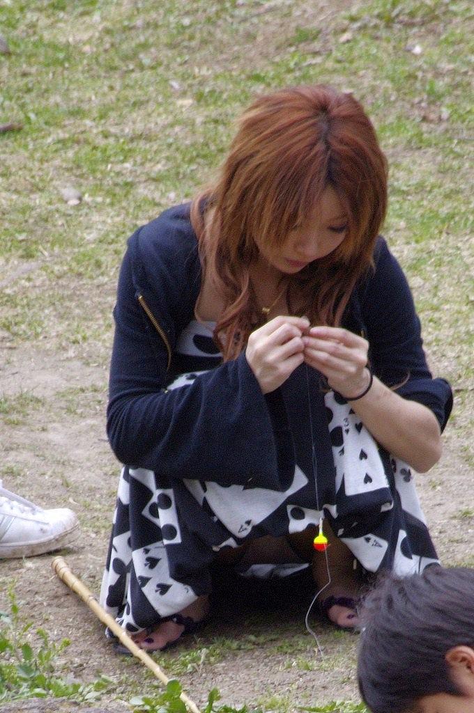 【街撮りパンチラエロ画像】素人娘の無防備な股間を狙い撃ち!街撮りパンチラ! 09