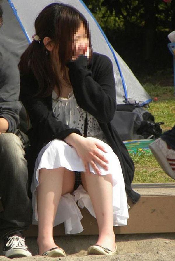 【街撮りパンチラエロ画像】素人娘の無防備な股間を狙い撃ち!街撮りパンチラ! 12