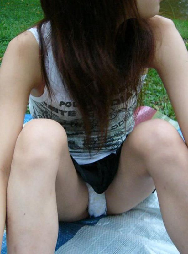 【街撮りパンチラエロ画像】素人娘の無防備な股間を狙い撃ち!街撮りパンチラ! 16