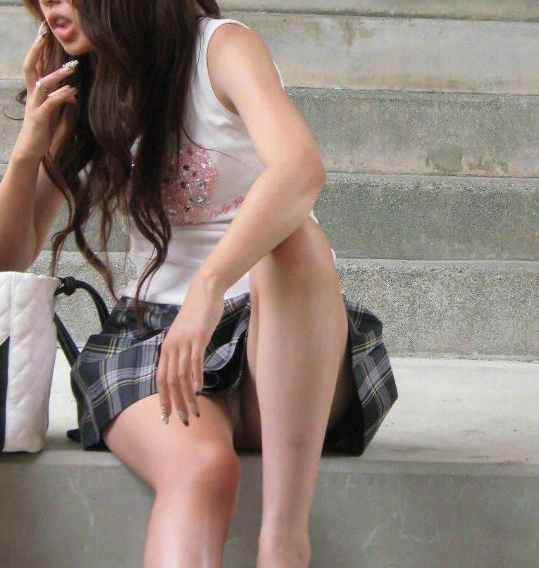 【街撮りパンチラエロ画像】素人娘の無防備な股間を狙い撃ち!街撮りパンチラ! 24