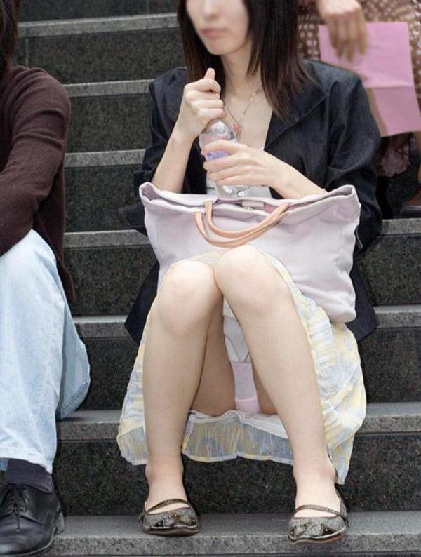 【街撮りパンチラエロ画像】素人娘の無防備な股間を狙い撃ち!街撮りパンチラ! 25