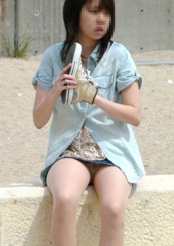 【街撮りパンチラエロ画像】素人娘の無防備な股間を狙い撃ち!街撮りパンチラ! 26