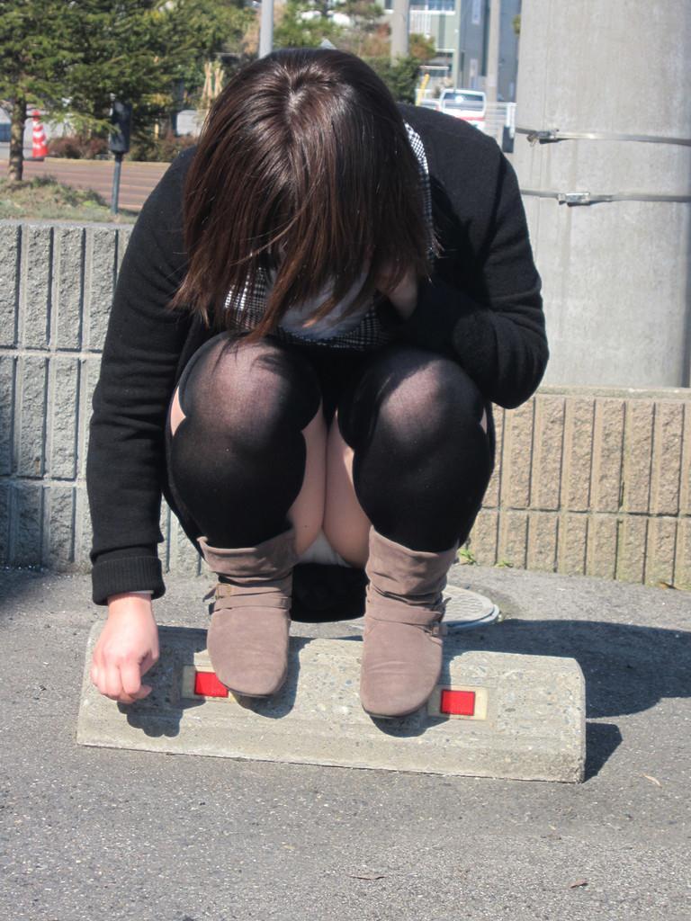 【街撮りパンチラエロ画像】素人娘の無防備な股間を狙い撃ち!街撮りパンチラ! 28