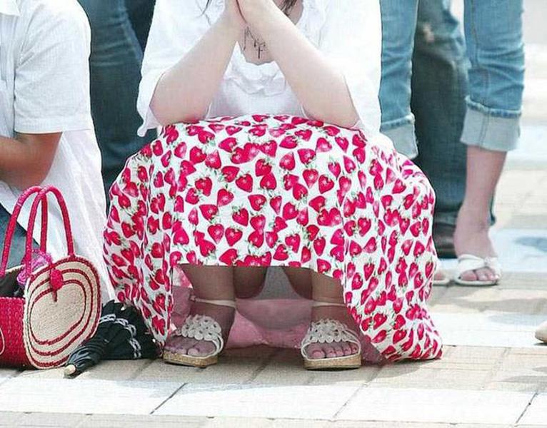 【街撮りパンチラエロ画像】素人娘の無防備な股間を狙い撃ち!街撮りパンチラ! 32
