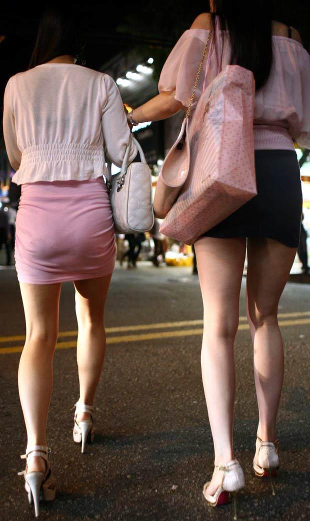 【街撮り美脚エロ画像】街中で目を惹く!ミニスカ美脚な女の子にズームイン! 03