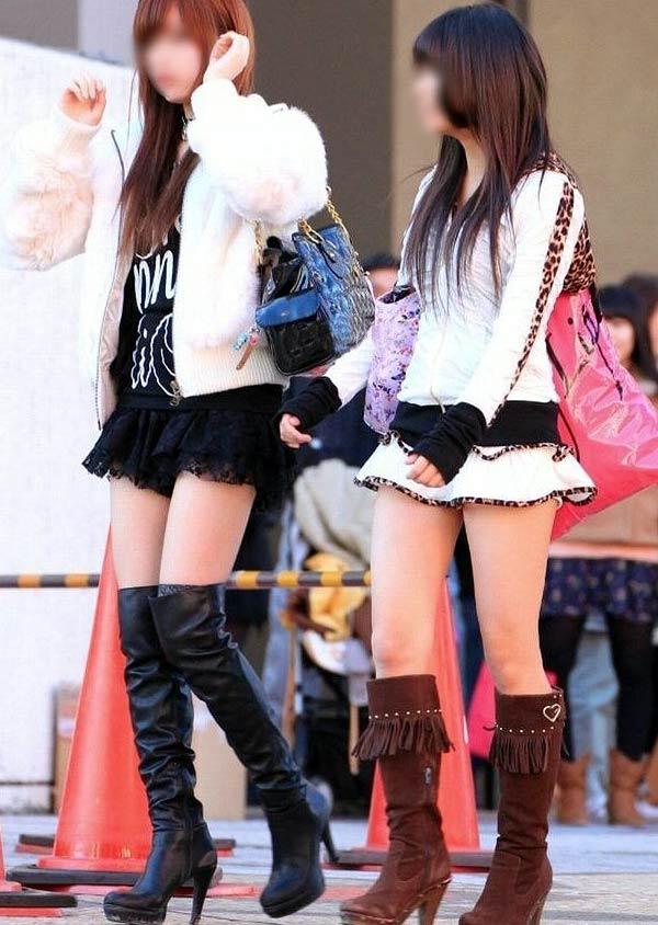 【街撮り美脚エロ画像】街中で目を惹く!ミニスカ美脚な女の子にズームイン! 05