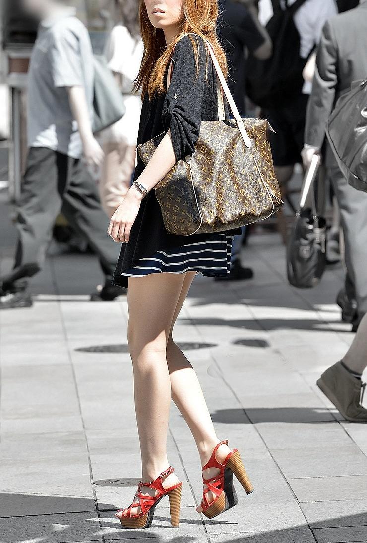 【街撮り美脚エロ画像】街中で目を惹く!ミニスカ美脚な女の子にズームイン! 07