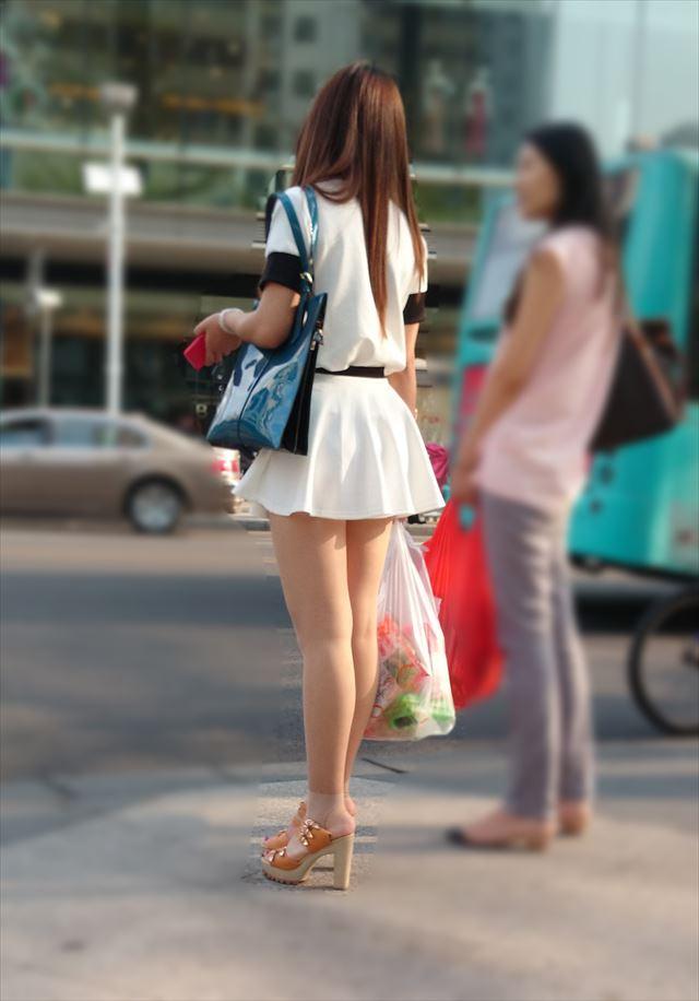 【街撮り美脚エロ画像】街中で目を惹く!ミニスカ美脚な女の子にズームイン! 09