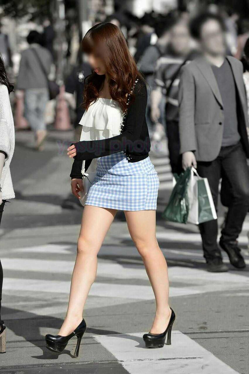 【街撮り美脚エロ画像】街中で目を惹く!ミニスカ美脚な女の子にズームイン! 10