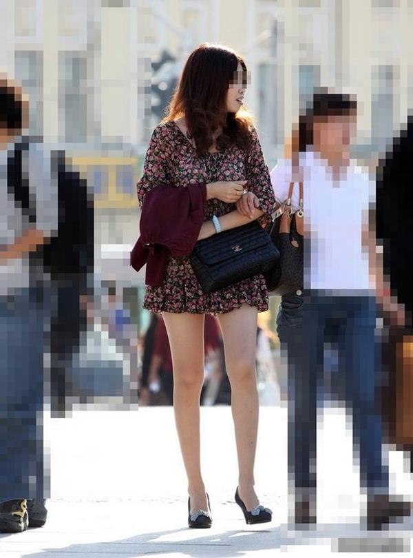 【街撮り美脚エロ画像】街中で目を惹く!ミニスカ美脚な女の子にズームイン! 11