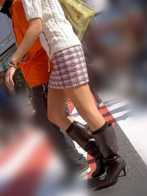 【街撮り美脚エロ画像】街中で目を惹く!ミニスカ美脚な女の子にズームイン! 12