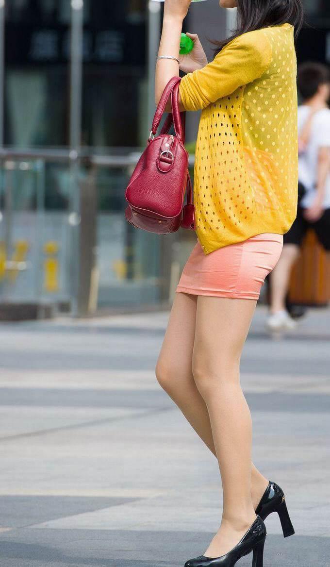 【街撮り美脚エロ画像】街中で目を惹く!ミニスカ美脚な女の子にズームイン! 14