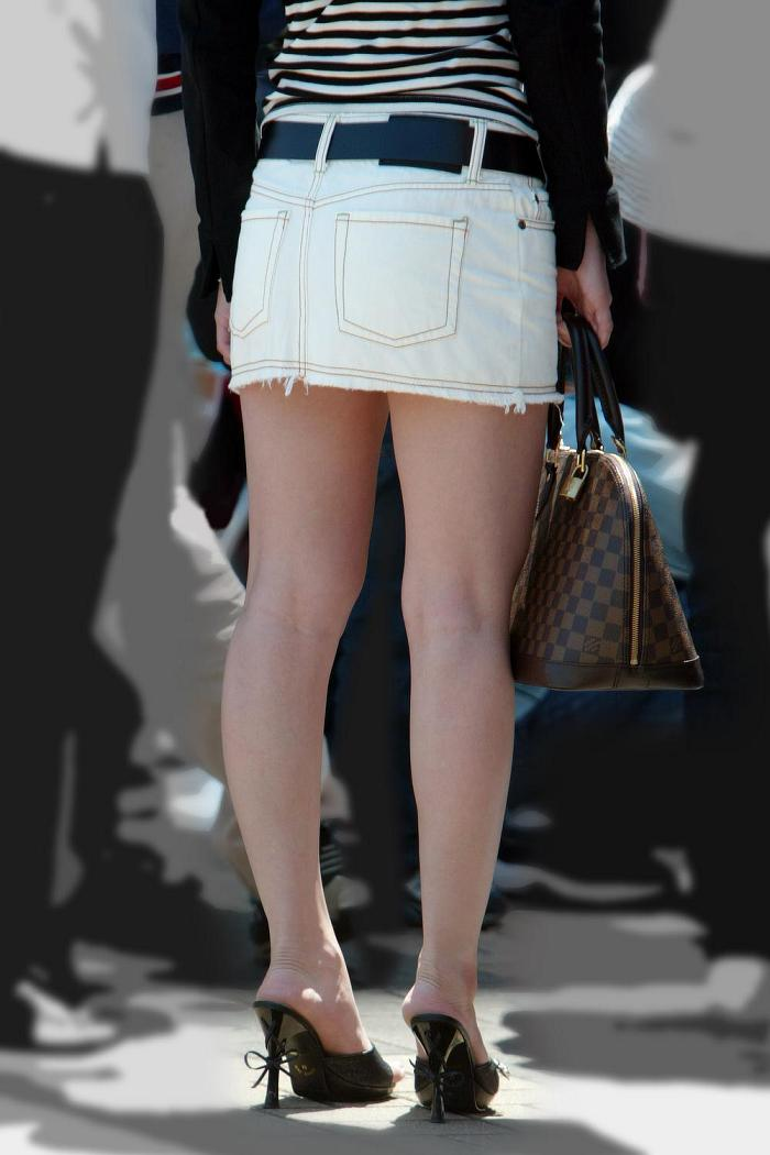 【街撮り美脚エロ画像】街中で目を惹く!ミニスカ美脚な女の子にズームイン! 15