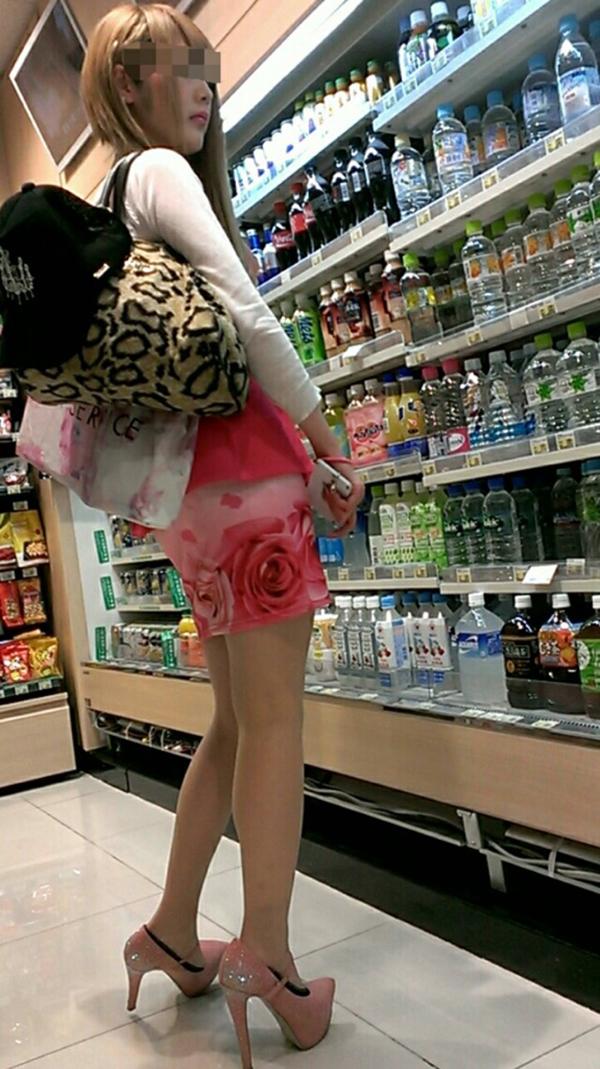 【街撮り美脚エロ画像】街中で目を惹く!ミニスカ美脚な女の子にズームイン! 24